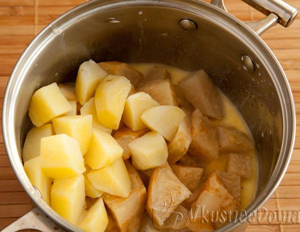 сельдерей и картошку отправляем в молочную смесь