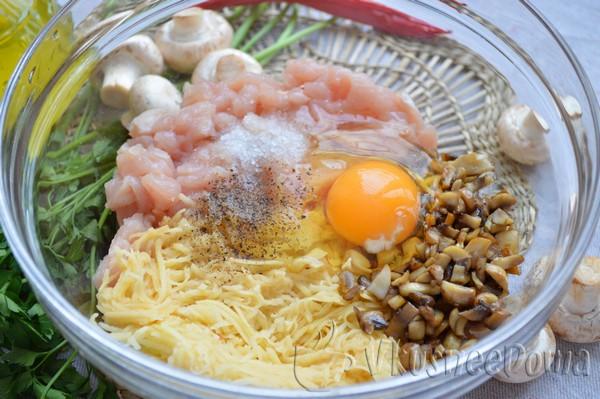 соединяем основные продукты и добавляем яйцо