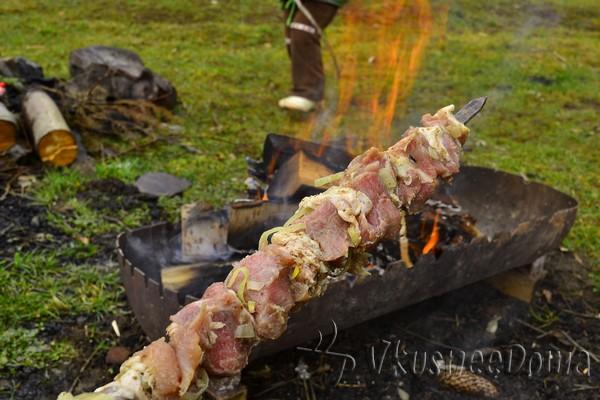нанизываем мясо на шампура