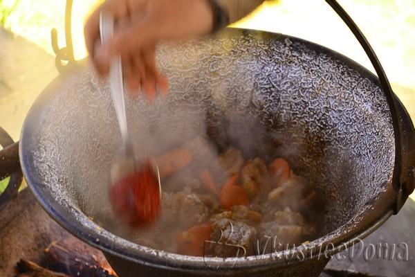 по краям котелка выкладываем морковь