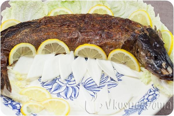 щуку обкладываем дольками лимона