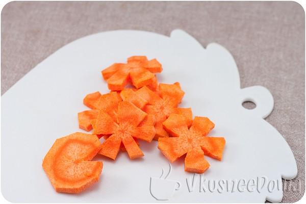из морковки вырезаем цветы