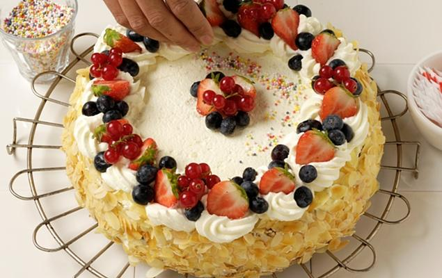Decorate-with-the-rest-of-the-fruit-and-sweets.-Put-the-candles-on-the-cake_recipe_main