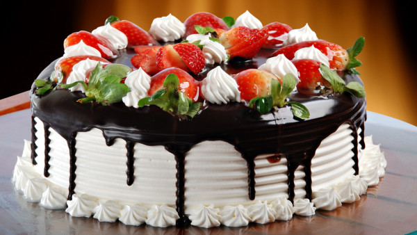 fresh_cream_cake_with_strawberries-HD1