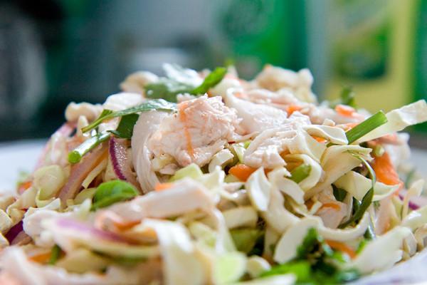 Салат из свежей белокачанной капусты с курицей