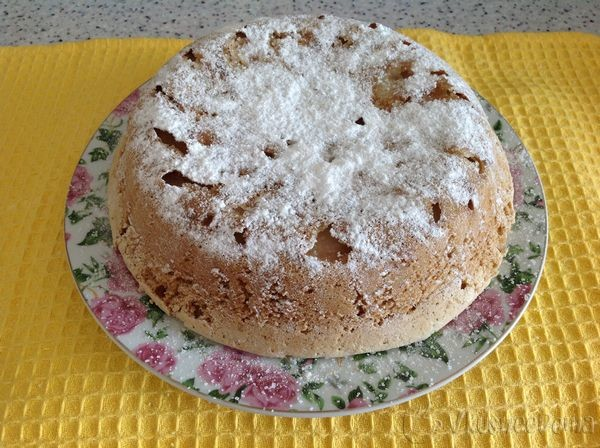 готовый пирог посыпаем сахарной пудрой