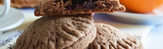 Песочное печенье с какао и ягодной начинкой