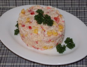Салат с крабовыми палочками и рисом классический