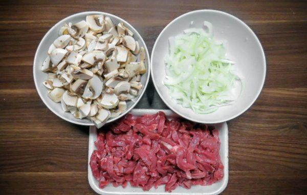 Ингредиенты для бефстроганов с грибами