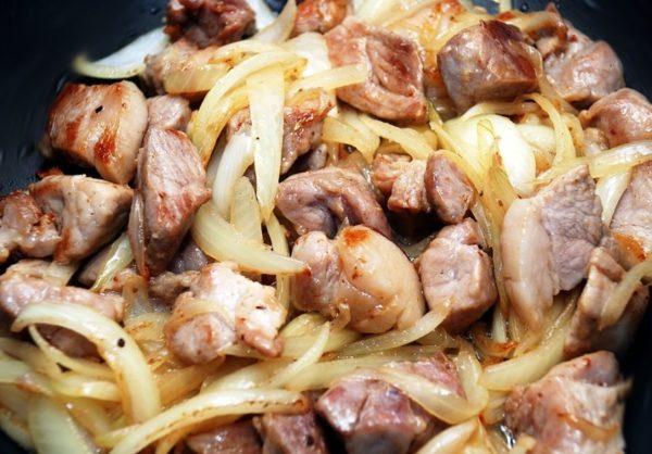 Процесс приготовления азу из свинины