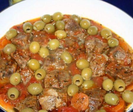 Говядина в подливке с оливками