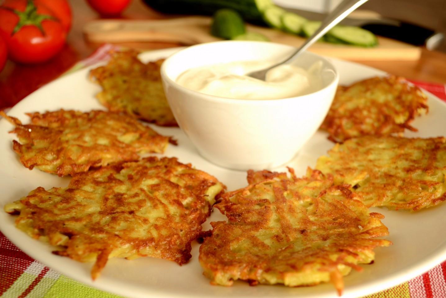 Но вкуснее всего, конечно, картофельные драники с курочкой, сыром и зеленью.