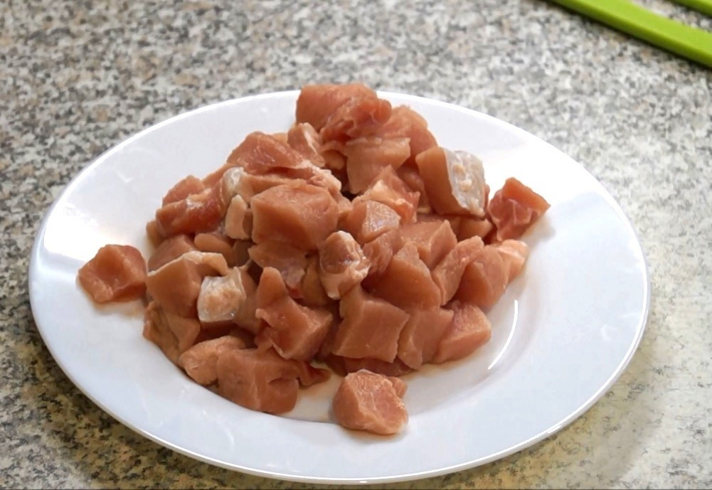 нарезать кубиками мясо