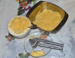 Сыр натирают крупной стружкой