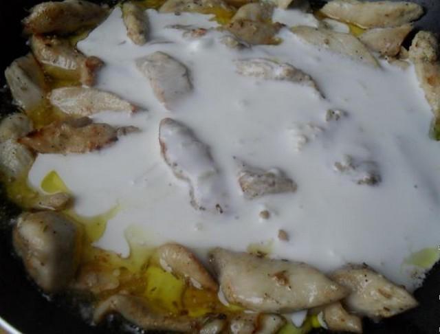 добавить соус в мясо