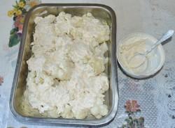 Соцветия заливают сливочным соусом с сыром