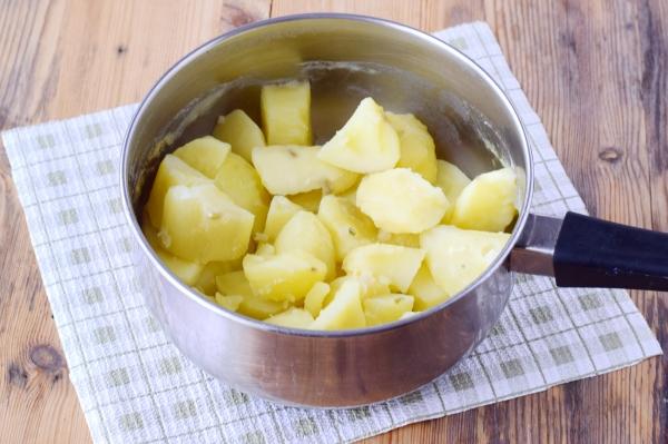 Очищенный картофель промыть и сварить до полной готовности
