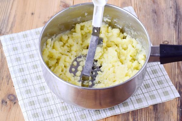 Размять картофель до однородной консистенции