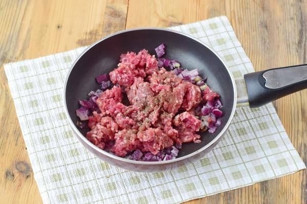 Перемолотое мясо смешать с луком, добавить чеснок, посолить и приправить перцем