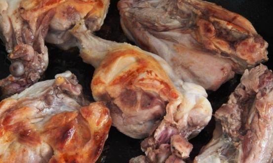 Обжарить мясо и выложить на противень