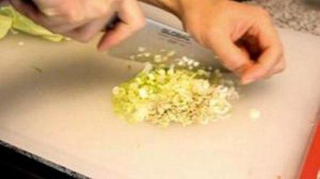Нарезать лук и имбирь