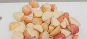 Очистить и порезать на кубики картофель