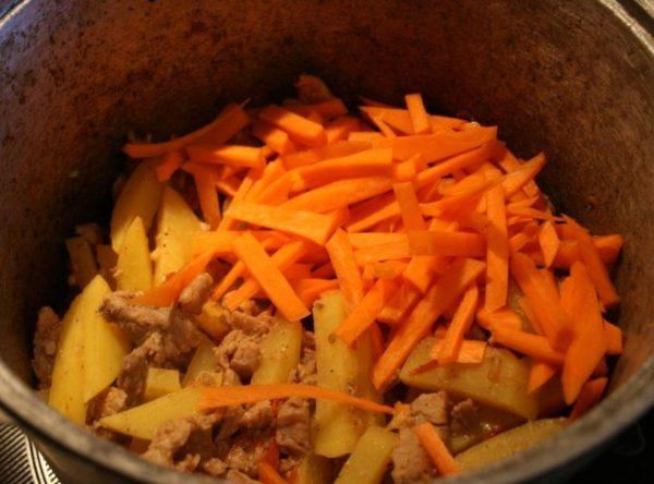 Порезать перчик и морковь соломкой, выложить в казан