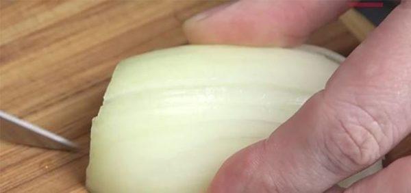 Очистить и вымыть лук, нарубить на мелкие кусочки