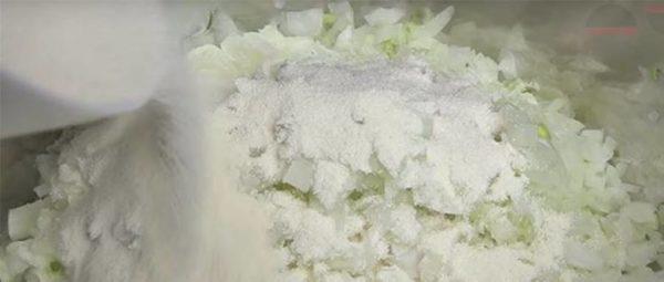 Поместить луковую массу в глубокую посуду, затем всыпать манку