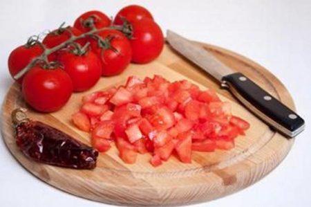 Режут томаты