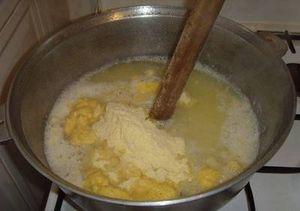 После закипания жидкости пересыпают в кастрюлю остальную кукурузную муку