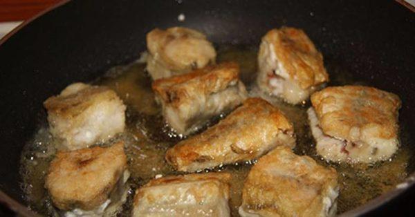 Рыбные кусочки обвалять в муке, обжарить поочерёдно с двух сторон