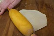 Раскатывают тесто