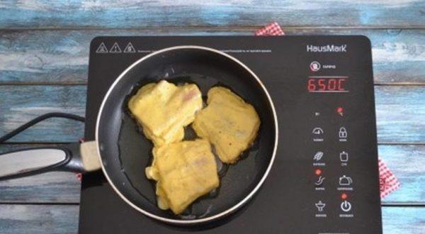 На сковороде разогревают масло и выкладывают туда заготовки