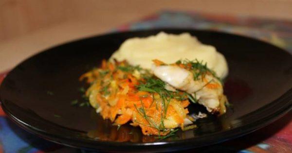 Минтай в фольге с луком и морковью